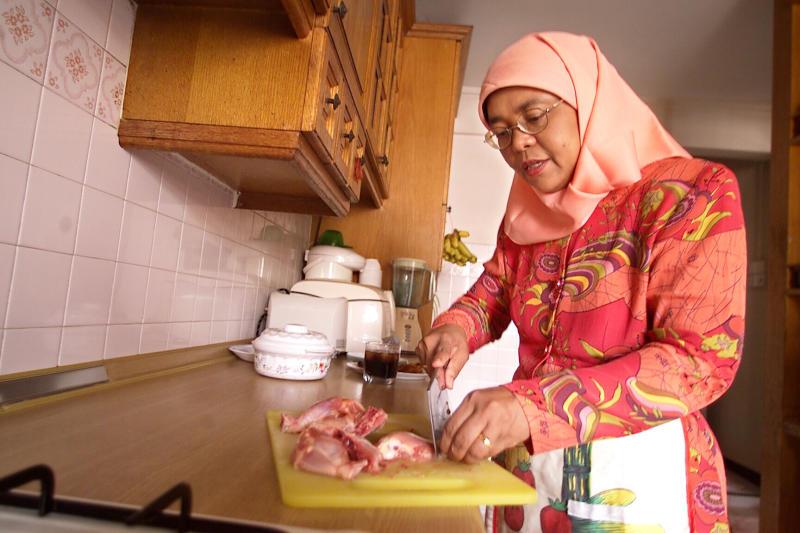fr.shafaqna - Halimah, photographiée préparant sa propre nourriture à la maison en 2004.