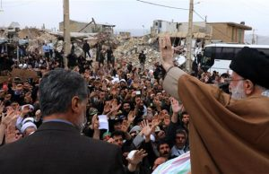 fr.shafaqna - Le Leader de la Révolution islamique rend visite aux sinistrés du séisme à Kermanshah