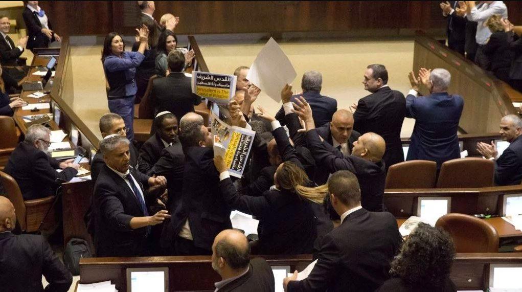 fr.shafaqna - VIDEO Israël ; des députés expulsés du Parlement lors du discours du vice-président américain
