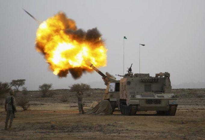 L'armée saoudienne à la frontière avec le Yémen. La France est vigilante sur ses livraisons et ventes d'armes à l'Arabie saoudite de crainte que ces armements ne soient utilisés dans le conflit au Yémen, mais elle n'envisage pas pour l'heure de suspendre ces transferts. /Photo d'archives/REUTERS