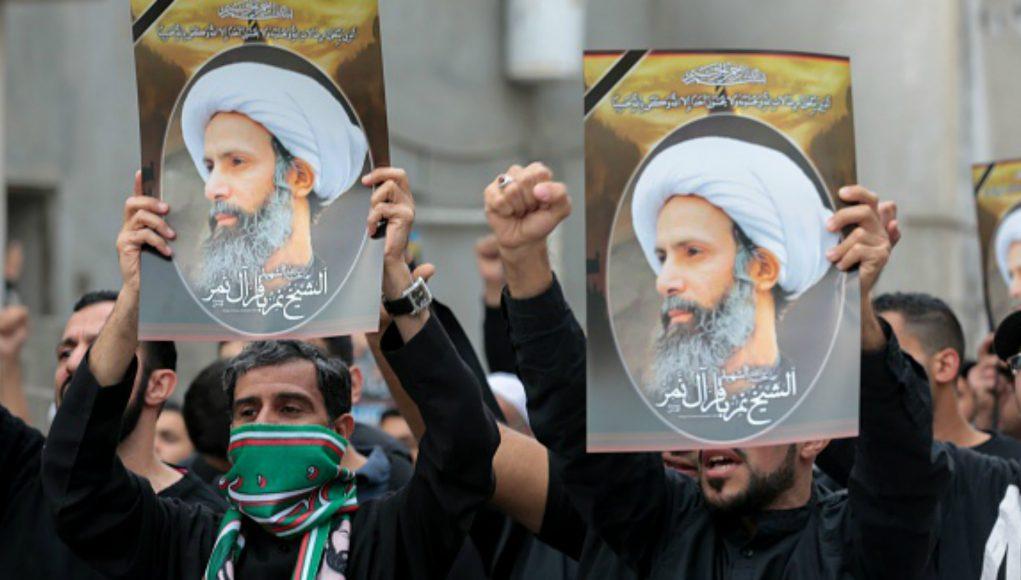 Des manifestants portent des portraits du religieux chiite saoudien Nimr al-Nimr à Qatif, en Arabie saoudite, en janvier 2016 (AFP)