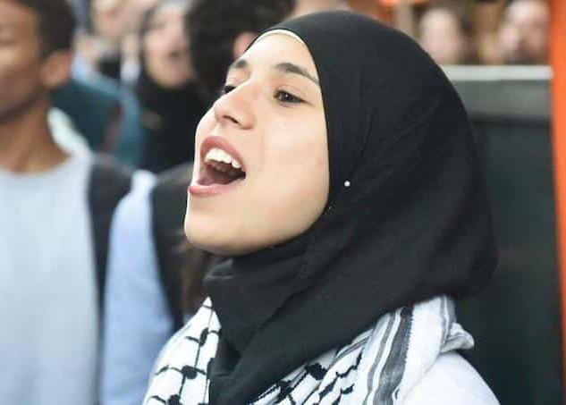 f92ee15726bc5e SHAFAQNA – Le Muslim Post : Une étudiante à la recherche d'un travail dans  la vente est allée déposer son CV dans des magasins et notamment chez Etam,  ...